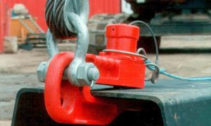 Ground release shackle